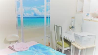 海をイメージした施術ルームには清潔で メイクスペースとお着替えのための仕切りも完備。ドライヤーもあります。 除菌用に空気清浄機もあります。 - ヒーリングルーム横浜駅西口鶴屋町 ヒーリングルーム横浜鶴屋町の室内の写真