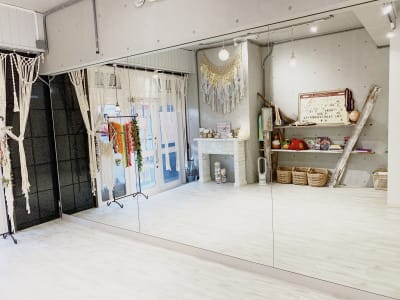 室内はとても明るく雰囲気もバッチリ! - レンタルスタジオ 多目的スペースの室内の写真