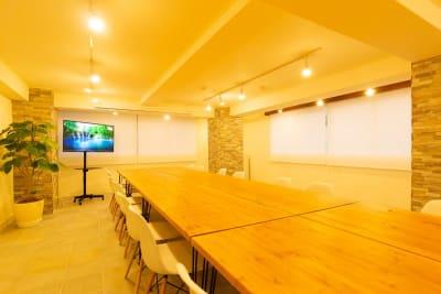 対面式会議、リモート会議、懇親会形式レイアウトの一例 - 秋葉原レンタルスペース201 🎵多目的マルチスペース🎵の室内の写真