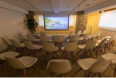 100インチスクリーン使用~鑑賞イベント形式レイアウト - 秋葉原レンタルスペース201 🎵多目的マルチスペース🎵の室内の写真