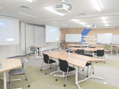 設営例:4名島×4 - 新橋ワークショップ会場 多目的スペース ROOM A+Bの室内の写真