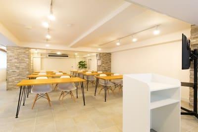 スクール形式レイアウト テーブル10台ございます。 - 秋葉原レンタルスペース201 🎵多目的マルチスペース🎵の室内の写真