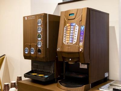 フリードリンクサーバー - ホテルウィング東京赤羽 ホテル1Fカフェスペース2名利用の室内の写真