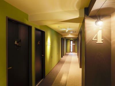 客室フロア - ホテルウィング新橋御成門 テレワーク用客室の入口の写真