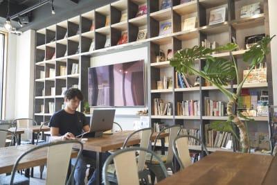 WeBase 博多 コワーキングスペースの室内の写真