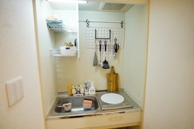 小さなキッチンに調理用具一式をそろえております。コンロはIHで1口です。 - Sharebaco 西新宿の室内の写真