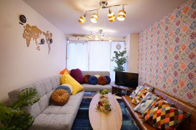 ソファースペースの様子です。3つのソファーベッドと沢山のクッションがあります。 - Sharebaco 西新宿の室内の写真