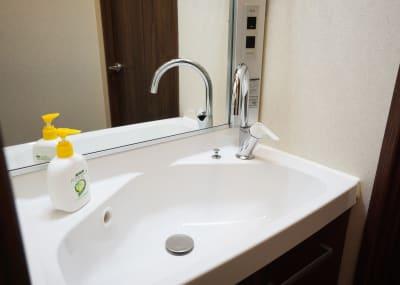 清潔な洗面所、独立トイレ - 浅草エイト ゴミ持帰り不要!大きなダイニングの室内の写真