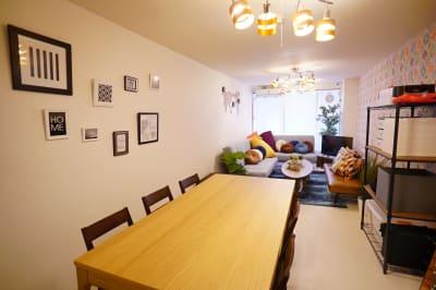 前の写真と反対で入口方向から撮った写真です。手前にダイニングテーブルがあり、後方にソファースペースがあります。 - Sharebaco 西新宿の室内の写真
