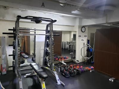 A面 スミスマシン - トレーニングスタジオ レンタルジムの室内の写真