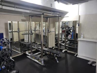 B面 パワーラック - トレーニングスタジオ レンタルジムの室内の写真