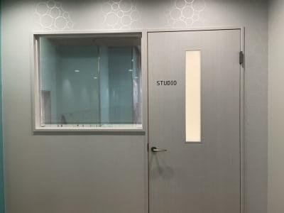見守り窓が気になる方は、ロールスクリーンを閉めることもできます。 - ルキナ仙川アネックス レンタルスタジオの室内の写真