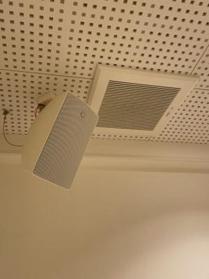 スタジオの天井の四隅にスピーカーが設置されております。 - ルキナ仙川アネックス レンタルスタジオの室内の写真
