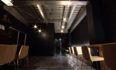百貨店等の店舗内装デザイナーが手掛けた空間です。 - 京烏 レンタルスペース、ギャラリーの室内の写真