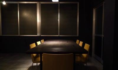展示にも会議にも使える木のテーブルです。 - 京烏 レンタルスペース、ギャラリーの室内の写真