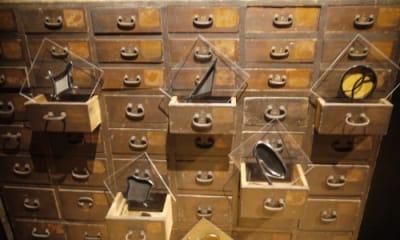 アンティークの箪笥を展示台にできます。 - 京烏 レンタルスペース、ギャラリーの設備の写真