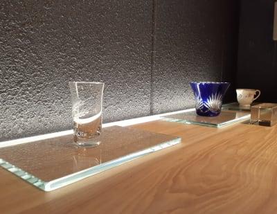 計算された間接照明は商品や作品を引き立てます。 - 京烏 レンタルスペース、ギャラリーの設備の写真