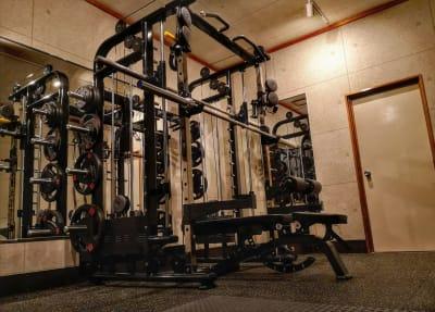 ・スミスラック ・ハイロープーリー ・20kgオリンピックバー ・10kgEZバー ・アジャスタブルダンベル25kg×2  - シュシュBox Gym レンタルBox Gym の室内の写真