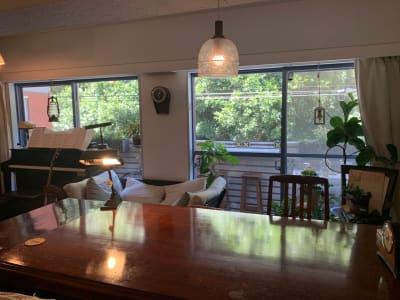 リビングには、大きなテーブルがあります(8人着席可です)。 - 千駄ヶ谷コートリー202号室 千駄ヶ谷のお洒落アパルトマンの室内の写真