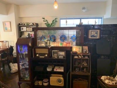 ステンドグラス、キャビネット、ラジオ、写真などです。 - 千駄ヶ谷コートリー202号室 千駄ヶ谷のお洒落アパルトマンの室内の写真
