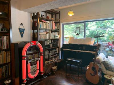 ジュークボックス、ピアノ、緑、ギター、照明、本、真空管アンプ、ラジオ....どれも味わいありです。 - 千駄ヶ谷コートリー202号室 千駄ヶ谷のお洒落アパルトマンの室内の写真