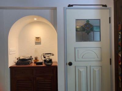 玄関入り口のドア付近とリビングからベッドルームへのドアです。部屋の全体的なトーンとマッチしたステンドグラスが嵌め込まれています。左は、アンティークのタイプライターと電話機です。 - 千駄ヶ谷コートリー202号室 千駄ヶ谷のお洒落アパルトマンの室内の写真
