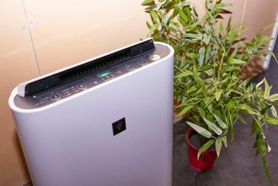 強力な換気扇も完備していますが、空気清浄機も設置しております。 - レンタルスタジオアルル難波店の設備の写真