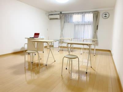 机、イス、空気清浄器、無料 - レンタルスペース Mermaid (ルームC)15畳フローリングの室内の写真