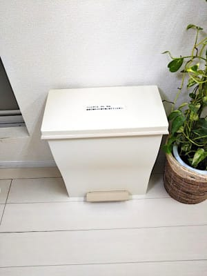 足踏み式のゴミ箱 - ネイル専用サロンモンレーブ川崎店 Bブースの設備の写真
