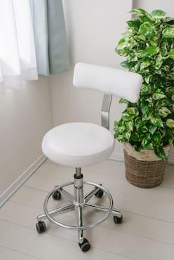 ネイリスト用椅子 - ネイル専用サロンモンレーブ川崎店 Cブースの設備の写真