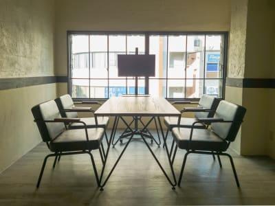 ミーティングテーブルと椅子を配置すればサテライトオフィスとして使えます - 熊谷駅前ベース パーティースペース【飲食可】の室内の写真