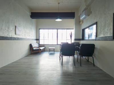 とても広いメインスペースは様々な用途で利用できます - 熊谷駅前ベース パーティースペース【飲食可】の室内の写真