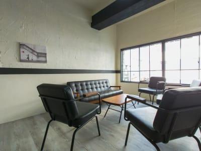 椅子やソファをローテーブルを囲んで配置すればパーティースペースに早変わり - 熊谷駅前ベース パーティースペース【飲食可】の室内の写真