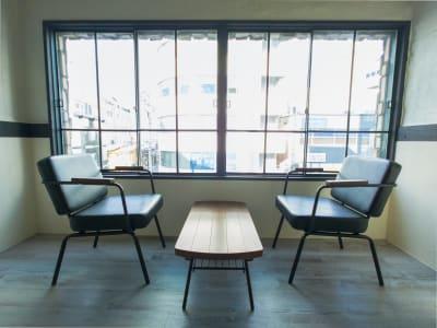 窓際に椅子を配置してゆったりとリモートワークや読書をしても良し - 熊谷駅前ベース パーティースペース【飲食可】の室内の写真