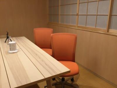 テレワーク用にコクヨのチェア(エトス)4脚を追加しました - レンタルルーム 馬車道茶会室 会議室 瞑想 テレワークの室内の写真