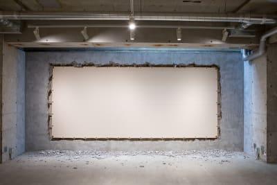 会場内インスタレーション作品(撤去はできません) - Space√K 地下にある多目的スペースの室内の写真