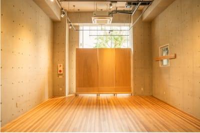 水天宮スタジオ ガラス張りの自然光の入るスタジオの室内の写真