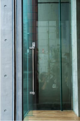 水天宮スタジオ ガラス張りの自然光の入るスタジオの入口の写真