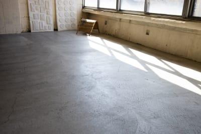 モルタル床 - CRAFT BRIDGE レンタルスペースの室内の写真