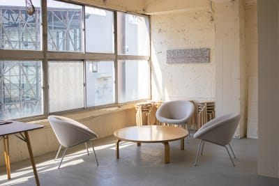 レイアウト自由な家具 - CRAFT BRIDGE レンタルスペースの室内の写真