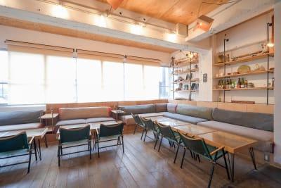 ゆったりとくつろげるソファ席 - CRAFT BRIDGE レンタルスペース/ラウンジの室内の写真