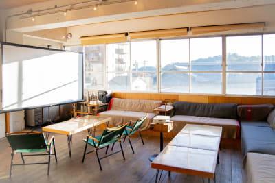 リラックスできる空間でのミーティング、映画鑑賞会等、様々なシーンに使えます - CRAFT BRIDGE レンタルスペース/ラウンジの室内の写真
