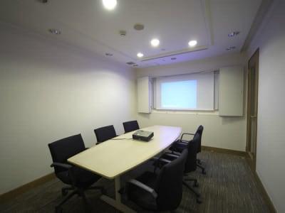 プロジェクター使用可能 - ホテルウィングプレミアム東京四谷 小会議室の室内の写真