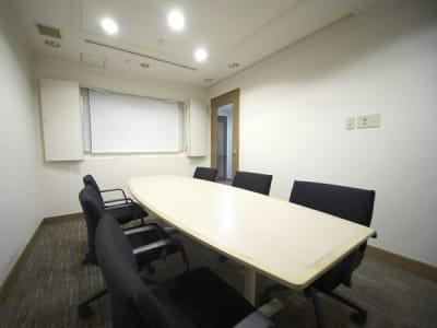 よりプライベートな集まりにどうぞ - ホテルウィングプレミアム東京四谷 小会議室の室内の写真