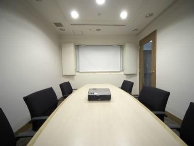 完全な個室 - ホテルウィングプレミアム東京四谷 小会議室の室内の写真