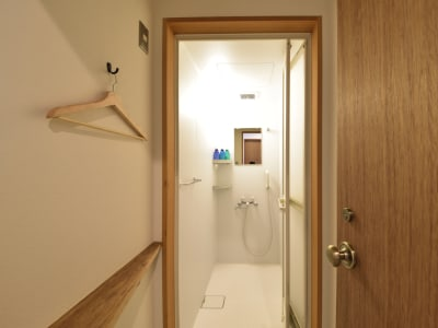 シャワールーム(1階)シャンプー・コンディショナー・ボディーソープ付き。ご利用希望の際には事前にお問い合わせください。 - みつわ屋 1階スペース&キッチン&屋上貸切の室内の写真