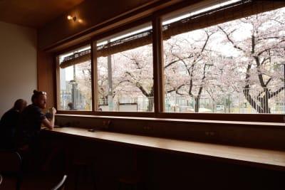 1階共用スペースの大きな窓は、全開にできます。空気の入れ替えもバッチリ! - みつわ屋 1階スペース&キッチン&屋上貸切の室内の写真