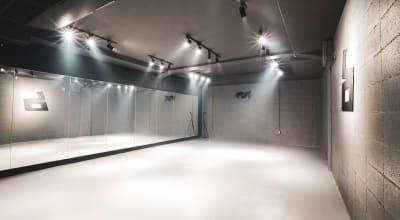 ライトの色は三色変更できる - BillionDance ダンススタジオの室内の写真