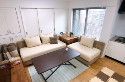 ゆったりしたソファは3~5人が座れます。 - ルームス 多目的スペースの室内の写真