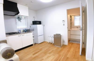 2口ガスコンロ付きキッチン(有料)がございます。 - ルームス 多目的スペースの室内の写真